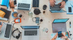 Hybrydowy model pracy normą dla połowy pracowników biurowych
