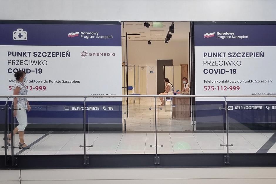 Polacy chcą szczepić się w centrach handlowych