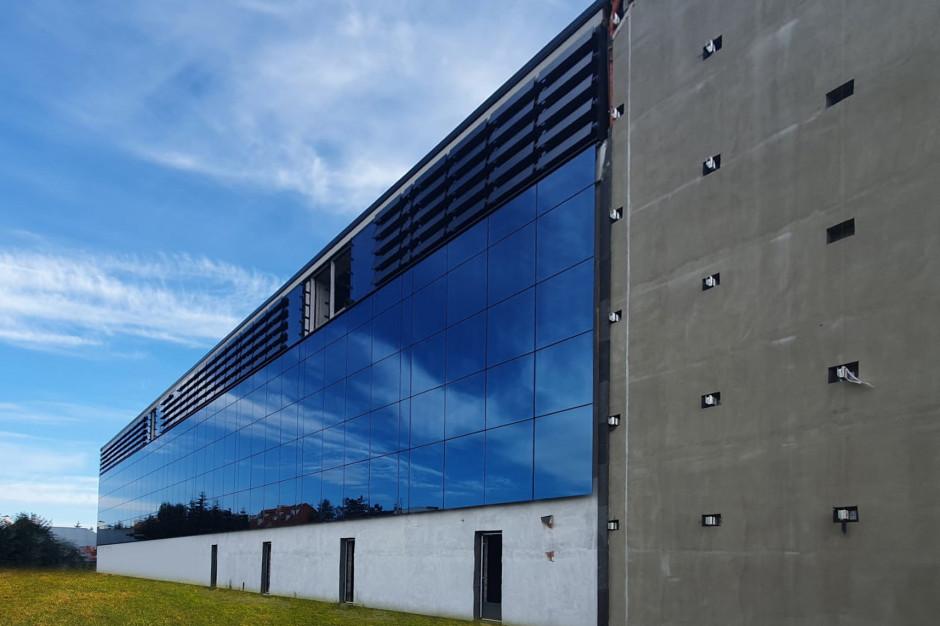 Żaluzje fotowoltaiczne na fasadzie Galerii Oławskiej