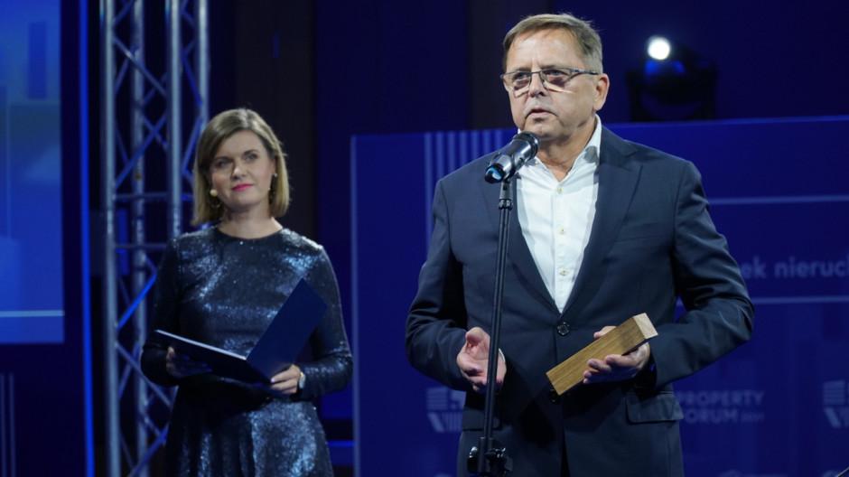 - Jestem naprawdę dumny z tej nagrody. Warto też wspomnieć, że zbiegła się ona z kolejnym osiągnięciem - jako Żabka mamy już 7500 sklepów. Tylko w zeszłym roku otworzyliśmy aż 1000 sklepów, podążając za potrzebami i oczekiwaniami naszych klientów - mówił odbierając nagrodę podczas Gali Prime Property Prize 2021  Waldemar Lisiewicz, dyrektor ekspansji, Żabka Polska.